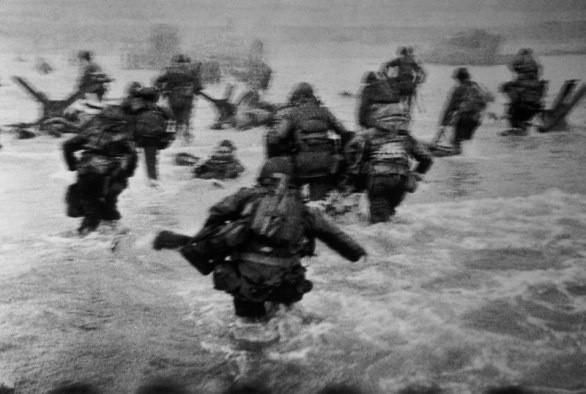 Sbarco in Normandia fotografato da Capa, una delle 8 foto salvate.